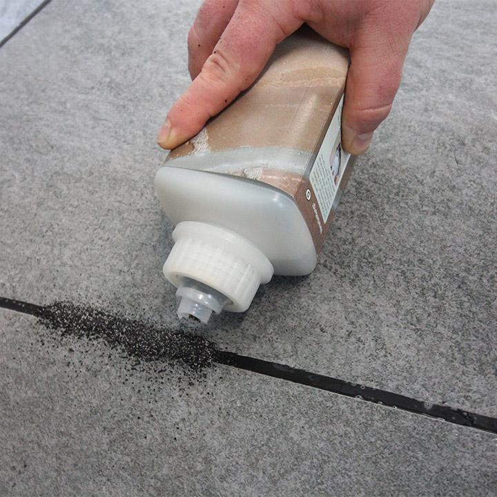 Bild 9: Bei Bedarf mit Abstreusand vdw 886 abstreuen, Sand leicht andrücken