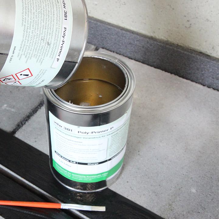 Bild 3: vdw 381 PolyPrimer P (hier für saugende Untergründe) aufbereiten