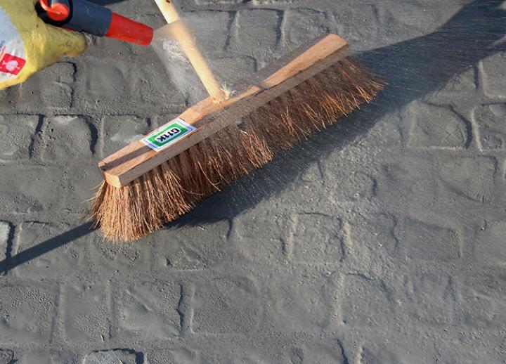 Bild 6: Erhärten des Mörtels auf der Oberfläche vermeiden