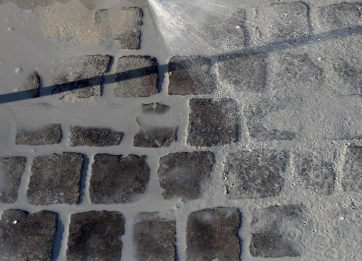 Bild 7: diagonal zur Fuge abreinigen