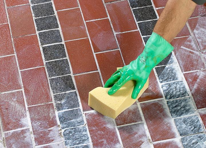 Bild 6: Reste mit feuchtem Schwamm aufnehmen