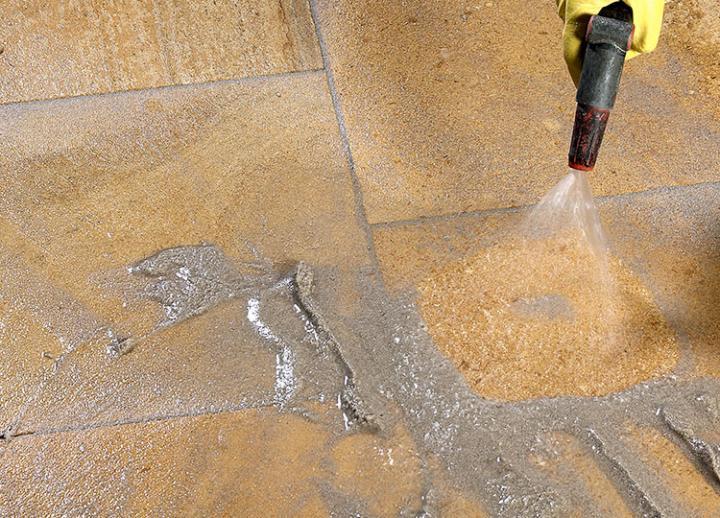 Bild 6: Oberfläche mit weichem Wassersprühstrahl reinigen