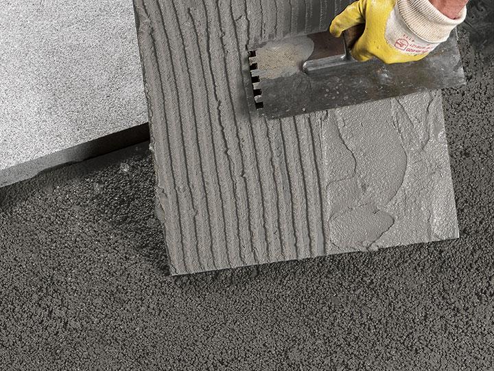 Bild 7: bei Platten unterseitig Haftschlämme auftragen