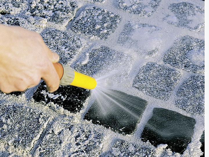 Bild 7: mit Wassersprühstrahl und feuchtem Besen abreinigen